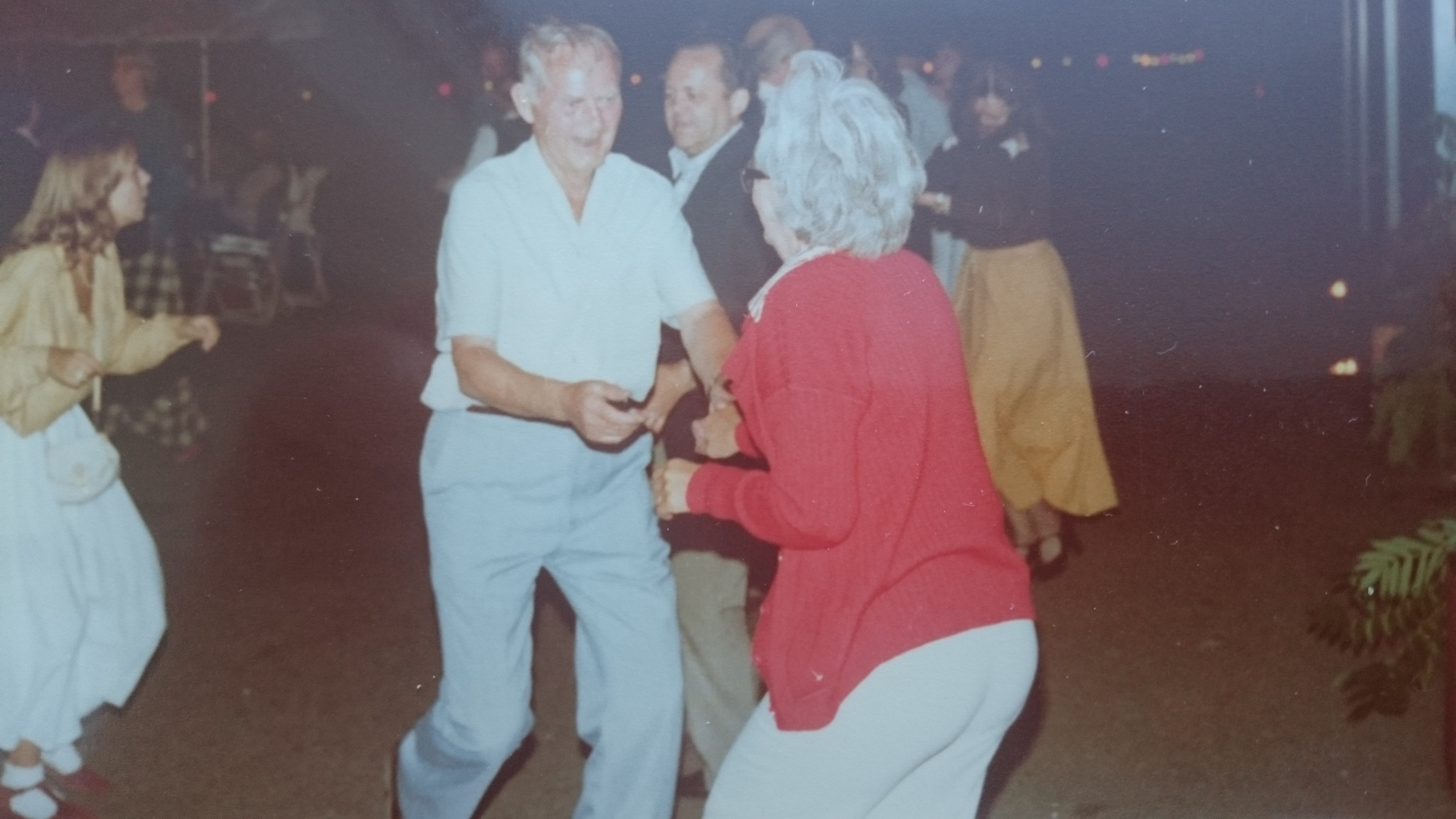 Og danset i gården